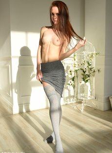 Соло миниатюрной длинноволосой модели с маленькими сиськами - фото #7