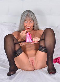 Старая развратница в черных чулках занимается мастурбацией - фото #8