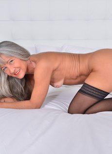 Старая развратница в черных чулках занимается мастурбацией - фото #9