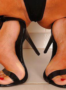 Худенькая развратница демонстрирует ножки на высоких каблуках - фото #8
