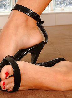 Худенькая развратница демонстрирует ножки на высоких каблуках - фото #13