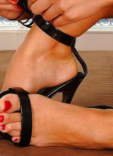 Худенькая развратница демонстрирует ножки на высоких каблуках - фото #14