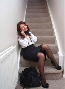 Офисная сотрудница в черных чулках разговаривает по телефону и возбуждается - фото #3