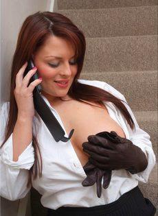 Офисная сотрудница в черных чулках разговаривает по телефону и возбуждается - фото #13
