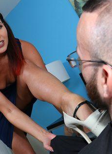 Раскованная деваха взяла половой член в руки - фото #2