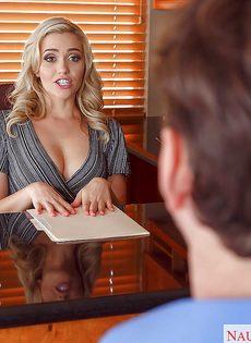 Дал на рот сексуальной секретарше с упругими сиськами - фото #1