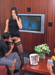 Шлюшку в черных чулках привели в гостиничный номер и поимели - фото #2