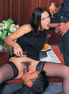 Шлюшку в черных чулках привели в гостиничный номер и поимели - фото #3
