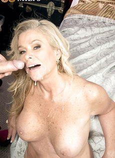 Зрелая блондинка сосет половой член и лижет жопу мужика - фото #15