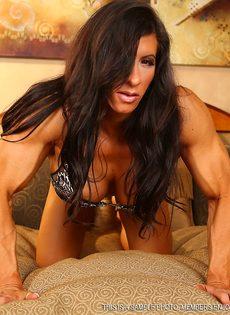 Спортивная женщина с большой грудью занимается мастурбацией - фото #2