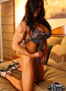 Спортивная женщина с большой грудью занимается мастурбацией - фото #3