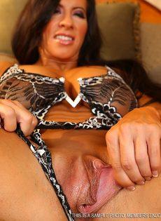 Спортивная женщина с большой грудью занимается мастурбацией - фото #5
