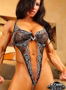 Спортивная женщина с большой грудью занимается мастурбацией - фото #7