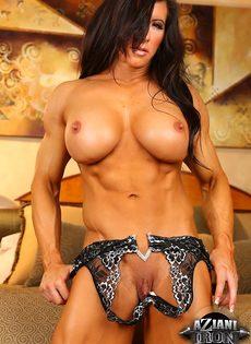 Спортивная женщина с большой грудью занимается мастурбацией - фото #9