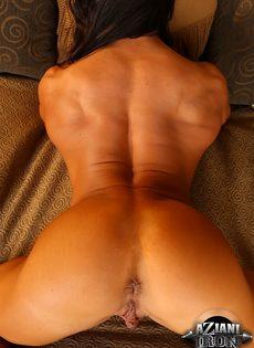 Спортивная женщина с большой грудью занимается мастурбацией - фото #12
