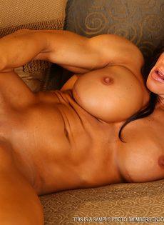Спортивная женщина с большой грудью занимается мастурбацией - фото #15