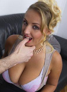 Блондинка хочет соблазнить начальника огромными натуральными сиськами - фото #8