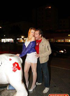 Мужчина занимается анальным сексом со шлюшкой в белых чулках на улице - фото #1