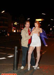 Мужчина занимается анальным сексом со шлюшкой в белых чулках на улице - фото #2