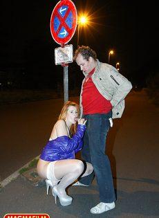Мужчина занимается анальным сексом со шлюшкой в белых чулках на улице - фото #5