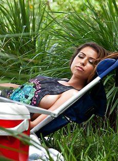 Горячая и страстная молодка отдыхает на природе - фото #1