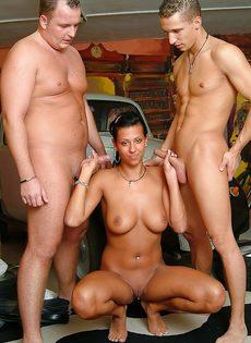Брюнетистая красавица легкого поведения трахнулась с двумя чуваками - фото #16