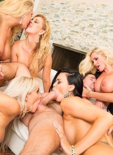 Групповое половое сношение с изумительными и обворожительными сучками - фото #8