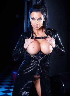 Восхитительная брюнетка Aletta Ocean демонстрирует силиконовую грудь - фото #10