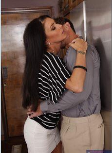 Длинноволосая замужняя женщина развлекается с любовником на кухне - фото #3