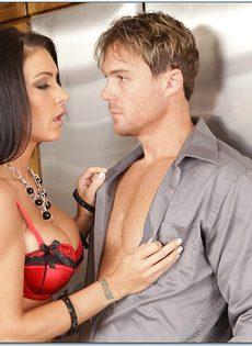 Длинноволосая замужняя женщина развлекается с любовником на кухне - фото #5