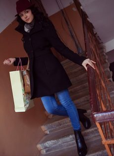 Нежная и женственная девушка с красивой грудью и бритой киской - фото #1