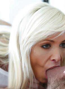 Удовлетворенный парень заливает спермой сногсшибательную минетчицу - фото #12