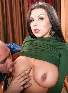 Угощает брюнетку с большими дойками крепким пенисом - фото #8
