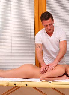 Массажист мастерски развел брюнетистую клиентку на половое сношение - фото #1