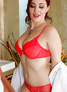 Рыжеволосая нуру массажистка в сексуальном нижнем белье - фото #4