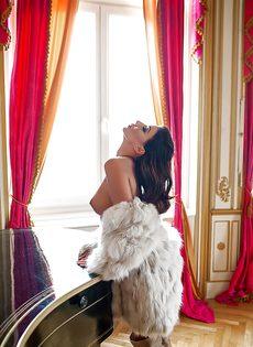Возбуждающая эротика от стройной красивой брюнетки - фото #3