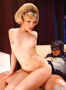 Бэтмен наяривает белокурую красавицу в горячую письку - фото #4