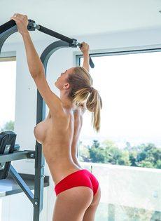Великолепная сучка с шикарным телом Nicole Aniston в тренажерном зале - фото #8
