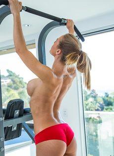 Великолепная сучка с шикарным телом Nicole Aniston в тренажерном зале - фото #9
