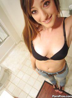 Любительские фотографии молоденькой худенькой красавицы - фото #5