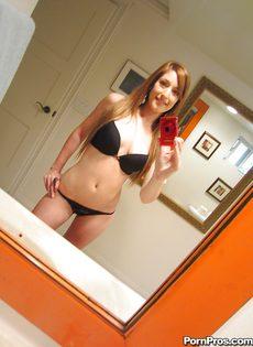 Любительские фотографии молоденькой худенькой красавицы - фото #6
