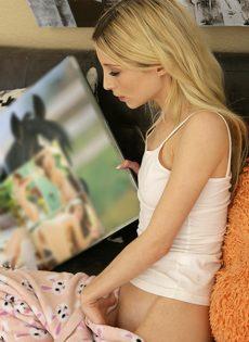 Худая блондинка соснула член и занялась классическим сексом - фото #4