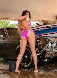 Домохозяйка с аппетитной задницей моет автомобиль любимого мужа - фото #3