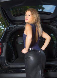 Продемонстрировала красивую упругую попочку возле автомобиля - фото #3