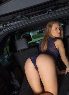 Продемонстрировала красивую упругую попочку возле автомобиля - фото #5