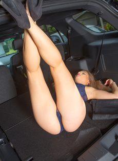 Продемонстрировала красивую упругую попочку возле автомобиля - фото #7