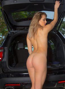 Продемонстрировала красивую упругую попочку возле автомобиля - фото #14