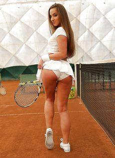 Молодуха откровенно позирует на теннисном корте - фото #3