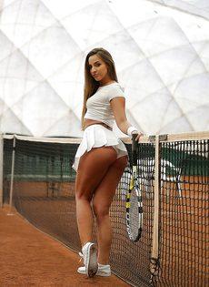 Молодуха откровенно позирует на теннисном корте - фото #9