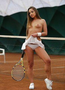 Молодуха откровенно позирует на теннисном корте - фото #12